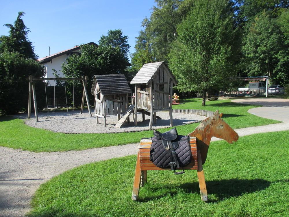 Pferd mit Schaukel und Holzhaus